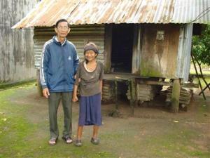 Lm. Bs. Nguyen Viet Chung benh mot benh nhan phong nguoi dan toc thieu so